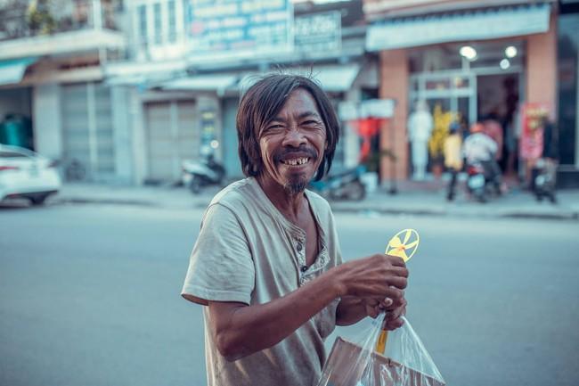 Nụ cười vô lo của người đàn ông lang thang khiến nhiều người cảm thấy bình yên: Dù giàu hay nghèo hãy luôn hạnh phúc với hiện tại - Ảnh 2.