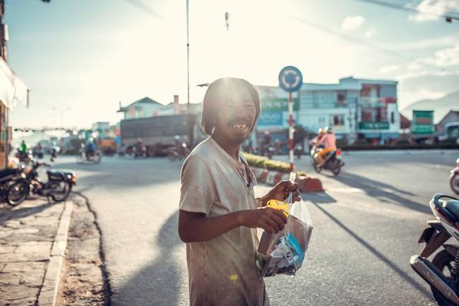Nụ cười vô lo của người đàn ông lang thang khiến nhiều người cảm thấy bình yên: Dù giàu hay nghèo hãy luôn hạnh phúc với hiện tại - Ảnh 4.