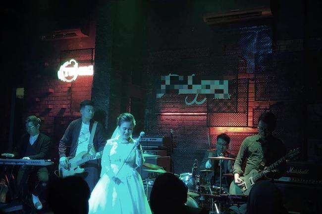 Truy tìm cặp cô dâu, chú rể người chơi trống, người hát rock quẩy tung bar ngay sau giờ hành lễ - Ảnh 3.