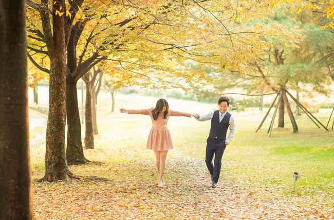 Trọn bộ ảnh cưới ngập tràn sắc vàng mùa thu Hàn Quốc của rapper Tiến Đạt và vợ mới cưới Thụy Vy - Ảnh 8.