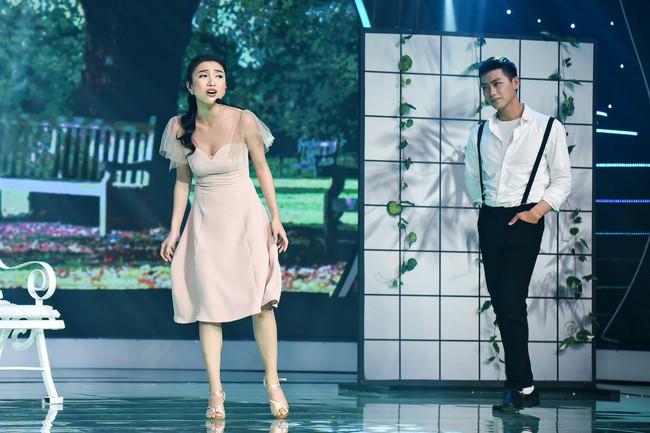 Chân bị chảy máu vì cú té quá mạnh, Tiêu Châu Như Quỳnh vẫn tiếp tục nhảy múa - Ảnh 4.