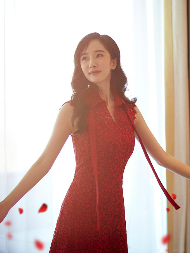 Giữa lùm xùm tranh giành quyền nuôi con, Dương Mịch vẫn đẹp động lòng người khi diện váy dạ hội tham dự sự kiện - Ảnh 2.