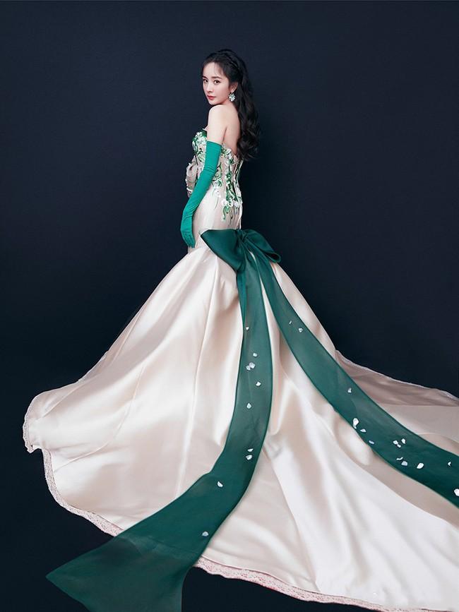 Giữa lùm xùm tranh giành quyền nuôi con, Dương Mịch vẫn đẹp động lòng người khi diện váy dạ hội tham dự sự kiện - Ảnh 4.