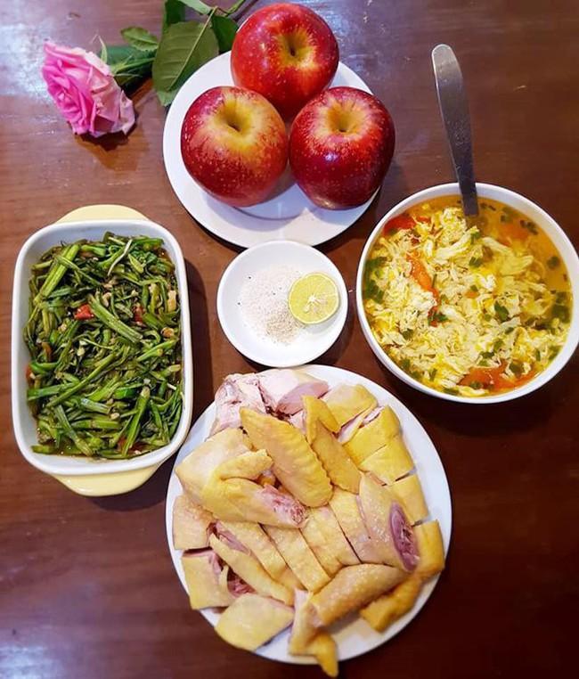 Nấu mâm cơm 3 món mà vẫn bị mẹ chồng chê, nàng dâu mới nhận được loạt góp ý từ chị em - Ảnh 1.