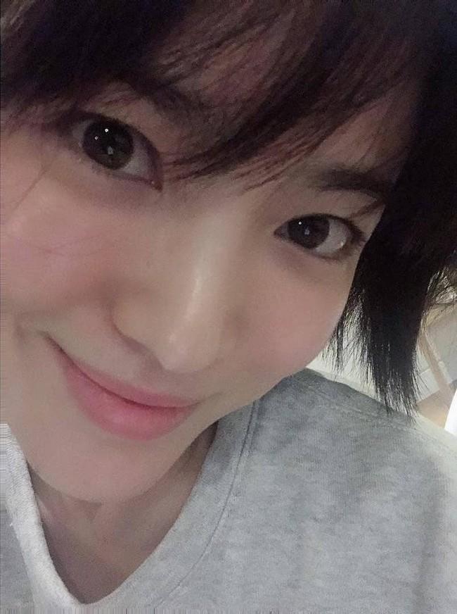 Song Hye Kyo gây choáng với ảnh selfie siêu cân mặt: 38 tuổi mà da bóng mịn không chút nếp nhăn - Ảnh 3.