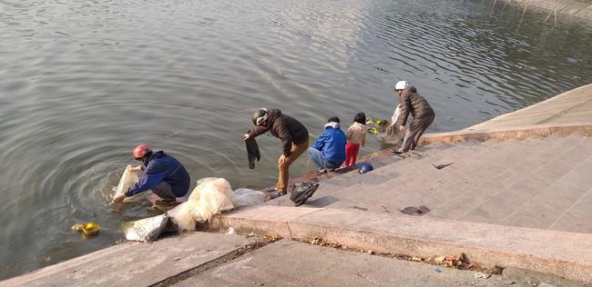 Hà Nội: Ngày ông Công ông Táo, các hồ lại đầy ắp túi ni lông, bát hương, chân nhang - Ảnh 5.