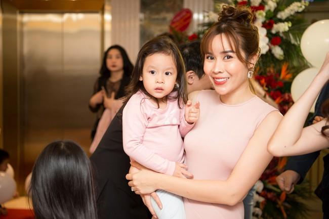 Lần hiếm hoi Lưu Hương Giang đưa 2 con gái xinh như công chúa đi sự kiện  - Ảnh 1.