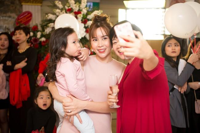 Lần hiếm hoi Lưu Hương Giang đưa 2 con gái xinh như công chúa đi sự kiện  - Ảnh 2.