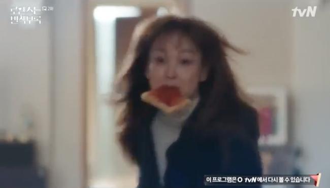 Phụ lục tình yêu: Lee Jong Suk sốc khi phát hiện Lee Na Young lén lút ở ké, ăn vụng trong nhà anh - Ảnh 3.
