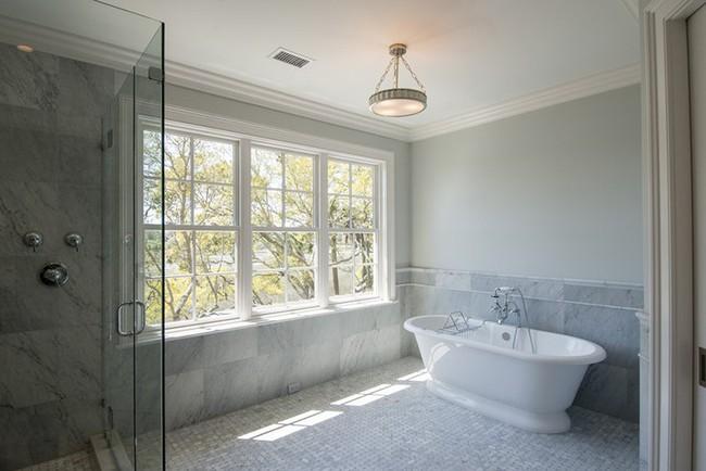 Bất kể diện tích lớn nhỏ, chỉ nhờ mẹo thiết kế này mà căn phòng tắm luôn khiến người dùng thoải mái - Ảnh 12.