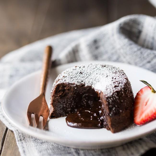 Công thức làm bánh chocolate tan chảy đảm bảo thành công dù vụng cỡ nào đi nữa - Ảnh 6.