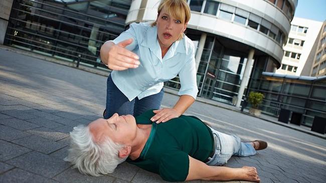 Bệnh nhân đột quỵ tăng cao khi trời rét đậm, hãy làm ngay những bước sống còn này trên đường cấp cứu - Ảnh 1.