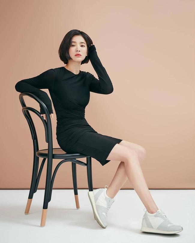 Tung clip hậu trường, đôi chân của Song Hye Kyo bị bóc mẽ là đã được chỉnh thon dài đến mức hoàn mỹ  - Ảnh 3.