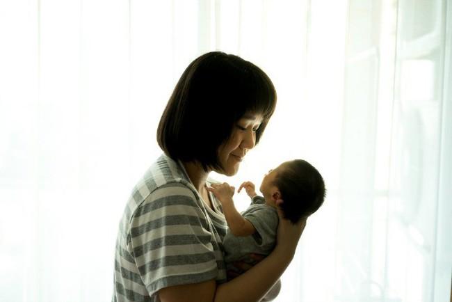 Đây chính là những điều tuyệt đối không nên làm khi bế con mà mẹ bỉm sữa nào cũng nên nhớ - Ảnh 1.
