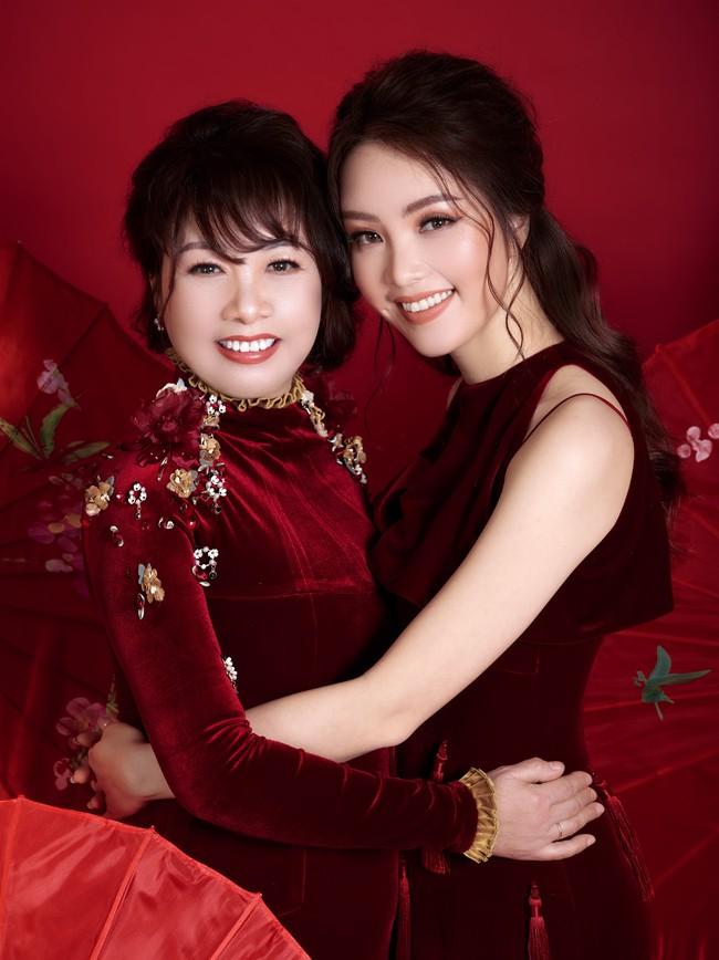 Thụy Vân lần đầu khoe mẹ ruột trẻ trung như chị em gái - Ảnh 2.