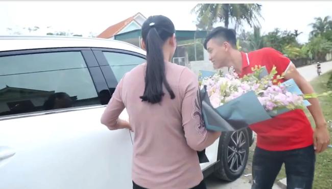 Đức Chinh vừa xây nhà tiền tỷ, Phan Văn Đức cũng nhanh tay tậu xế hộp hạng sang để bố mẹ tiện di chuyển - Ảnh 2.
