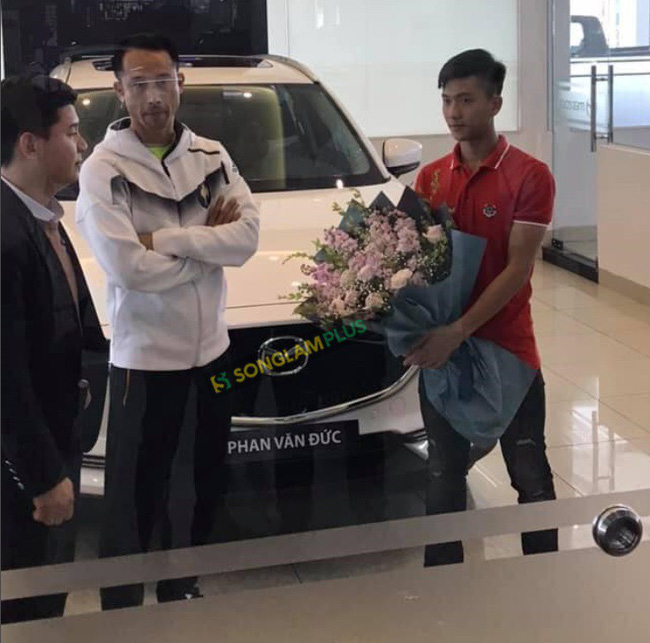 Đức Chinh vừa xây nhà tiền tỷ, Phan Văn Đức cũng nhanh tay tậu xế hộp hạng sang để bố mẹ tiện di chuyển - Ảnh 1.
