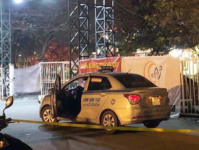 """Hai người """"bí ẩn đi cùng tài xế taxi nghi bị cứa cổ ở cổng SVĐ Mỹ Đình là ai? - Ảnh 2."""