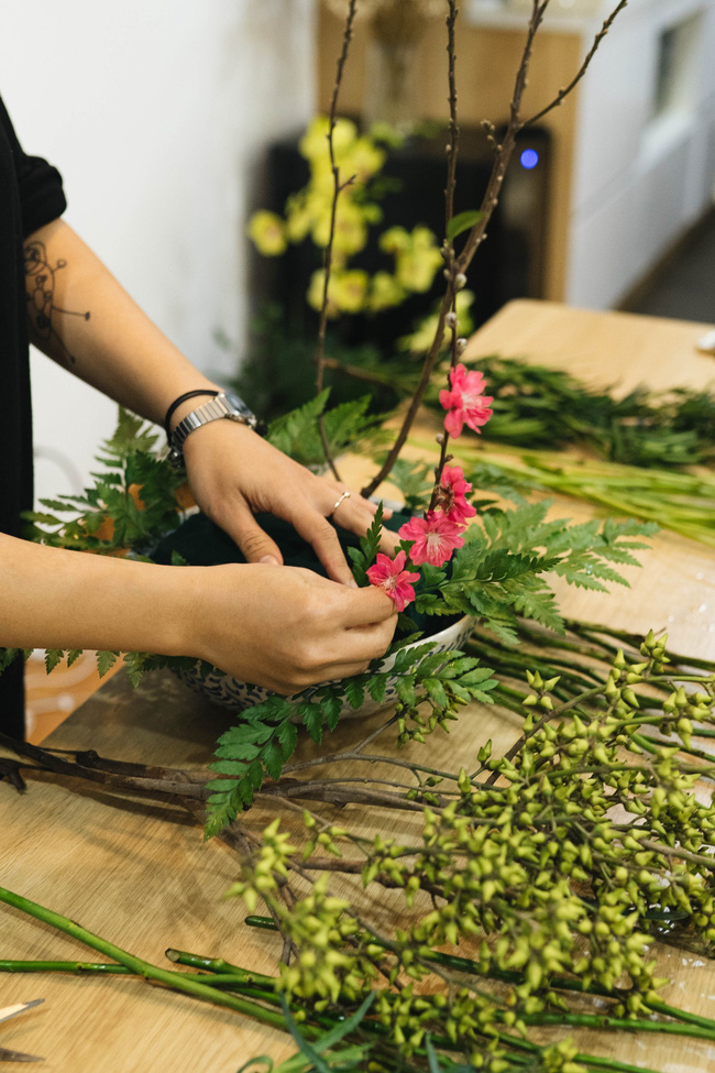 Mẹ 8x Hà Nội hướng dẫn 3 cách dùng hoa truyền thống, giá dưới 500 ngàn để trang trí nhà đón Tết - Ảnh 6.