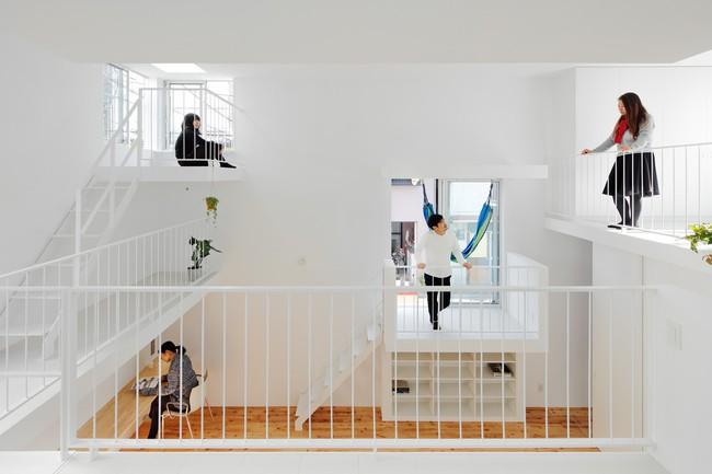 Mang phòng ngủ ra ban công, ngôi nhà ở Nhật này là sự kết hợp hoàn hảo của kiến trúc độc lạ nhưng tiện nghi - Ảnh 3.