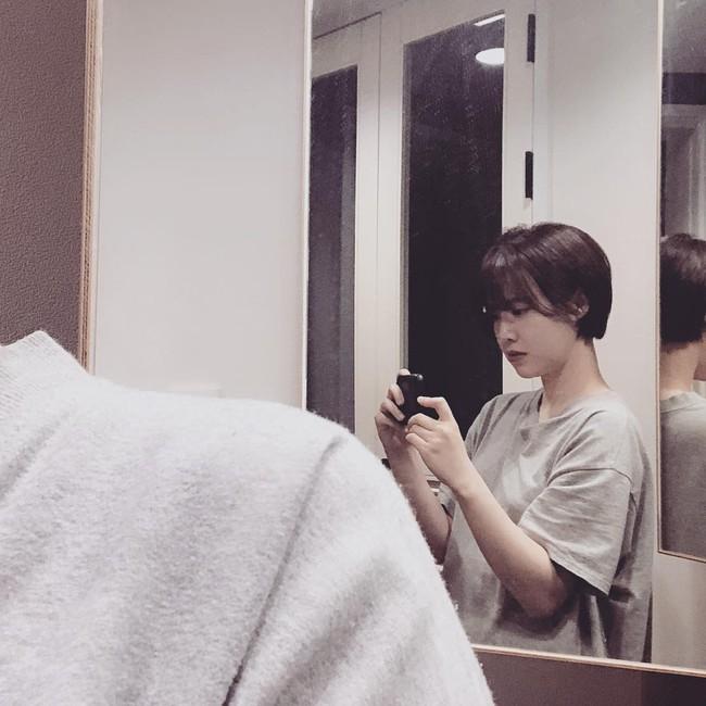 Cắt phăng mái tóc dài, tưởng bị chê nào ngờ Goo Hye Sun được khen hết lời vì quá xinh và trẻ  - Ảnh 1.