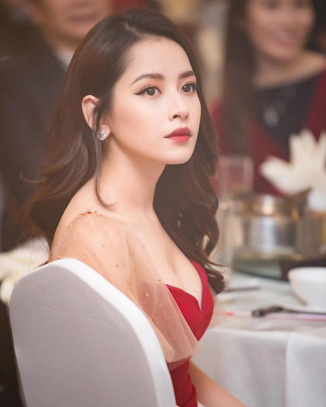 """Chi Pu xinh xắn như tiểu thư còn Angela Phương Trinh lại sexy tột cùng nhờ body """"vòng nào ra vòng nấy"""" khi đụng váy - Ảnh 2."""
