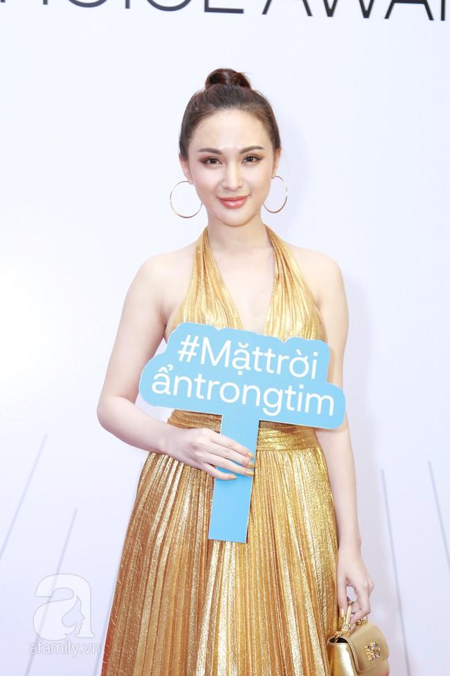 Đụng hàng hẳn với Đỗ Mỹ Linh nhưng hotgirl thẩm mỹ Kelly Nguyễn vẫn tỏa sáng theo cách của riêng mình - Ảnh 2.