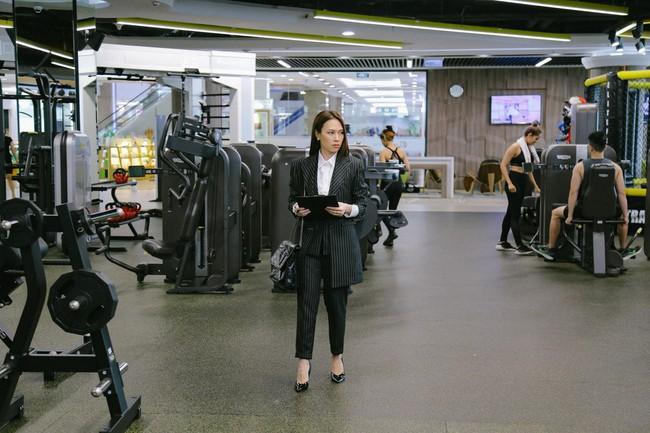 Không chỉ mỗi trên phim, bình thường chị trợ lý Mỹ Tâm cũng mặc suit đẹp hết sẩy - Ảnh 2.