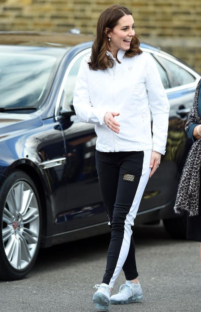 Nhân vật Hoàng gia diện đồ dân thường: Kate Middleton sexy với áo 2 dây, Hoàng hậu Tây Ban Nha kết áo phao như các bà, các cô - Ảnh 2.