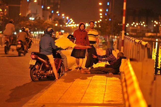 Giàu có như người Sài Gòn là cởi chiếc áo khoác đang mặc cho người vô gia cư giữa thời tiết trở lạnh - Ảnh 2.