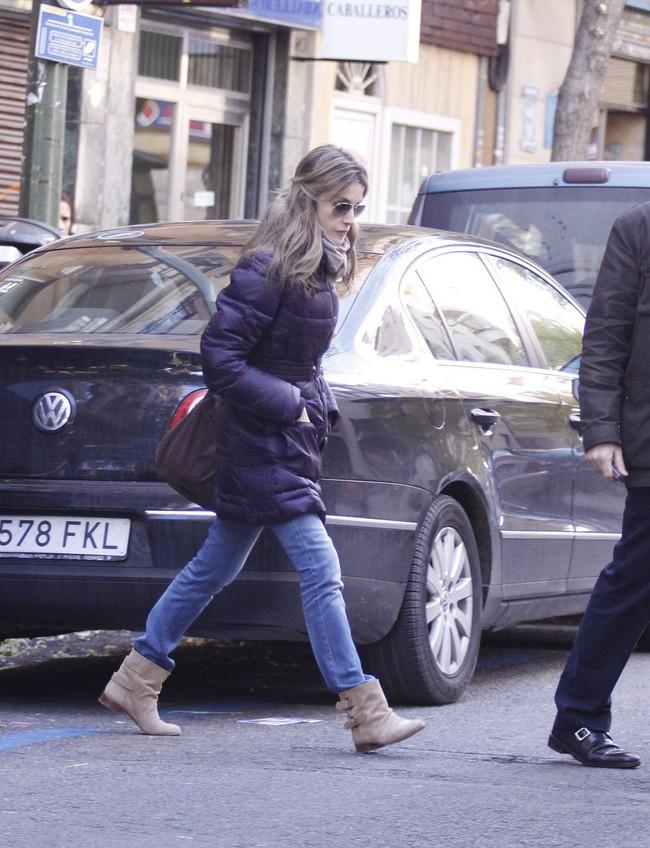 Nhân vật Hoàng gia diện đồ dân thường: Kate Middleton sexy với áo 2 dây, Hoàng hậu Tây Ban Nha kết áo phao như các bà, các cô - Ảnh 4.