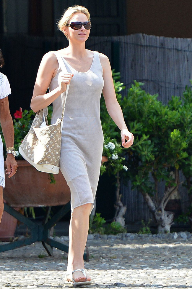 Nhân vật Hoàng gia diện đồ dân thường: Kate Middleton sexy với áo 2 dây, Hoàng hậu Tây Ban Nha kết áo phao như các bà, các cô - Ảnh 5.