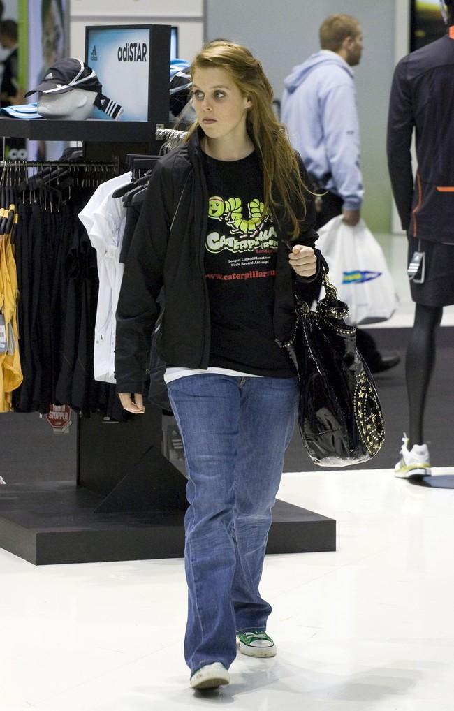 Nhân vật Hoàng gia diện đồ dân thường: Kate Middleton sexy với áo 2 dây, Hoàng hậu Tây Ban Nha kết áo phao như các bà, các cô - Ảnh 6.