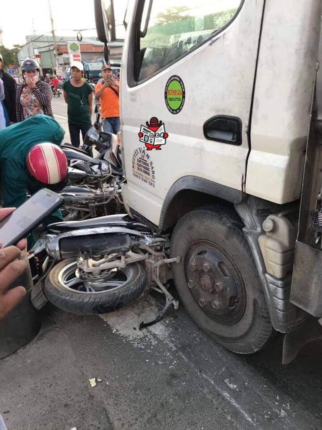Hiện trường vụ xe tải tông hàng loạt xe máy dừng đèn đỏ giữa giao lộ Sài Gòn khiến nhiều người hoảng sợ - Ảnh 1.