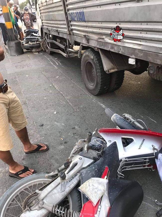 Hiện trường vụ xe tải tông hàng loạt xe máy dừng đèn đỏ giữa giao lộ Sài Gòn khiến nhiều người hoảng sợ - Ảnh 3.