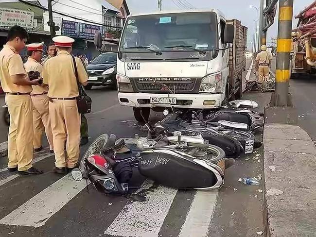 Hiện trường vụ xe tải tông hàng loạt xe máy dừng đèn đỏ giữa giao lộ Sài Gòn khiến nhiều người hoảng sợ - Ảnh 5.