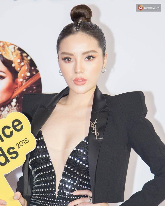 5 ca làm đẹp chặt chém nhất WeChoice Awards 2018: Quỳnh Anh Shyn búi tóc siêu quái , Elly Trần đính sao lên mặt - Ảnh 4.