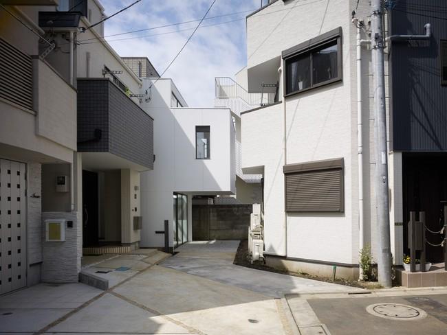 Dành hơn 1/10 diện tích làm giếng trời và sân vườn, ngôi nhà ống ở Nhật này được khen vừa đẹp, vừa lạ - Ảnh 1.