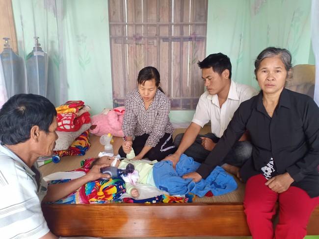 """Ánh mắt cầu cứu của bé trai 8 tháng sống phụ thuộc vào máy thở: """"Nếu ngừng bóp bình oxy con tôi sẽ ngưng thở"""" - Ảnh 4."""