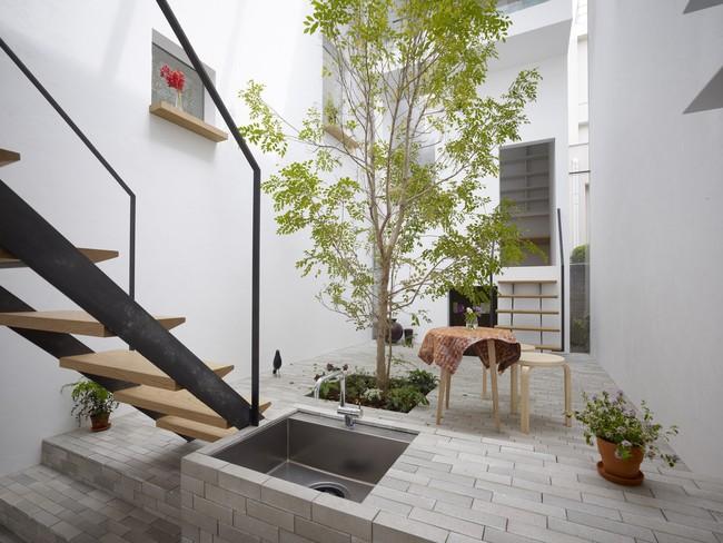 Dành hơn 1/10 diện tích làm giếng trời và sân vườn, ngôi nhà ống ở Nhật này được khen vừa đẹp, vừa lạ - Ảnh 4.