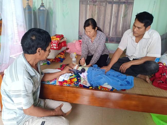 """Ánh mắt cầu cứu của bé trai 8 tháng sống phụ thuộc vào máy thở: """"Nếu ngừng bóp bình oxy con tôi sẽ ngưng thở"""" - Ảnh 5."""