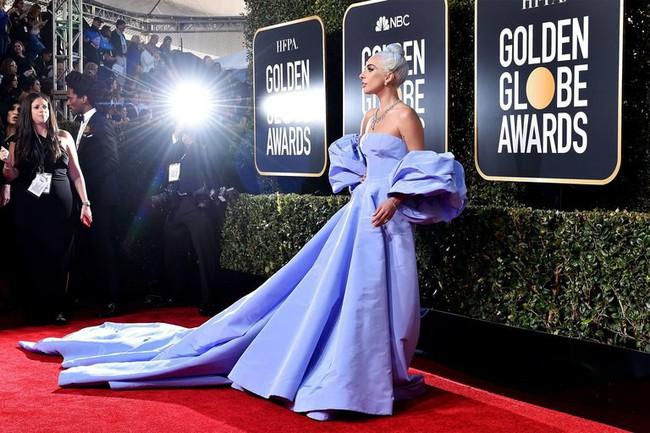 10 bộ cánh đỉnh nhất tại Quả Cầu Vàng 2019: Lady Gaga quét thảm đỏ theo đúng nghĩa đen, có đại minh tinh chỉ đi sandal... 1 triệu đồng! - Ảnh 1.