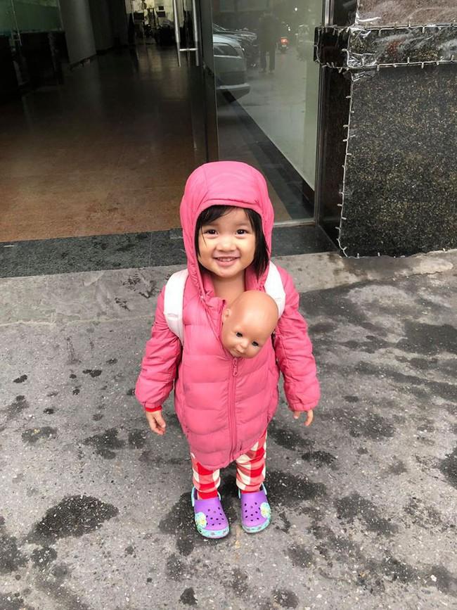 Được hỏi nhà đông con vui hay buồn, MC Minh Trang đăng tấm ảnh cực hài hước của con gái và trả lời: Buồn! - Ảnh 2.
