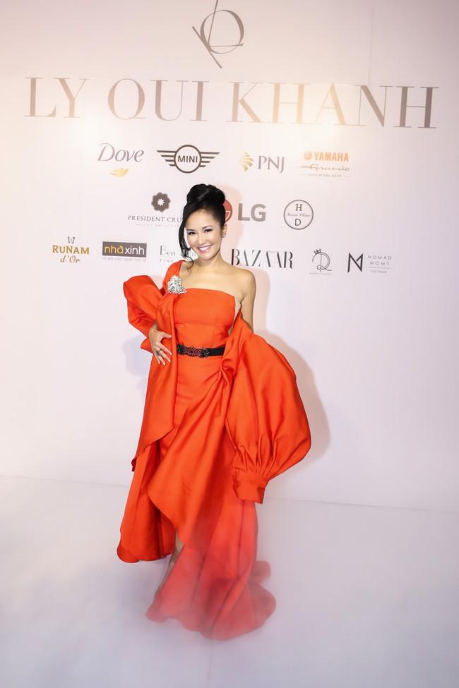 """Jamie Chua 45 tuổi vẫn khoe vòng 1 căng đầy, Hương Giang mang """"dải ngân hà"""" lên tóc khoe sắc trên thảm đỏ thời trang - Ảnh 1."""