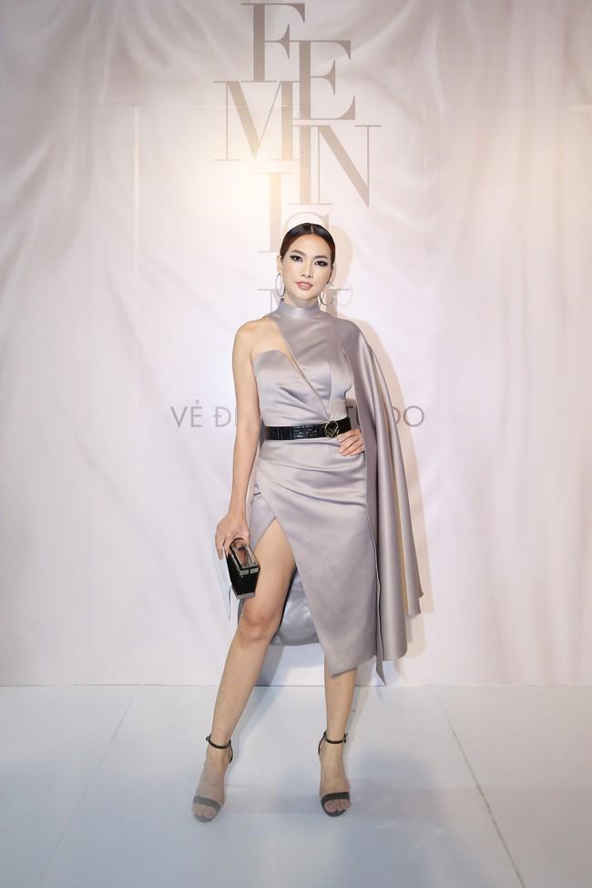 """Jamie Chua 45 tuổi vẫn khoe vòng 1 căng đầy, Hương Giang mang """"dải ngân hà"""" lên tóc khoe sắc trên thảm đỏ thời trang - Ảnh 3."""