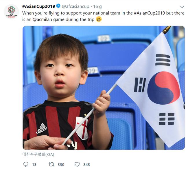 Hình ảnh cậu bé bụ bẫm, ngơ ngác vẫy cờ Hàn Quốc tại Asian Cup gây sốt bởi quá đỗi dễ thương - Ảnh 1.