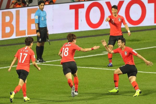 Hình ảnh cậu bé bụ bẫm, ngơ ngác vẫy cờ Hàn Quốc tại Asian Cup gây sốt bởi quá đỗi dễ thương - Ảnh 2.