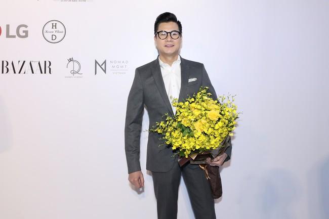 """Jamie Chua 45 tuổi vẫn khoe vòng 1 căng đầy, Hương Giang mang """"dải ngân hà"""" lên tóc khoe sắc trên thảm đỏ thời trang - Ảnh 18."""