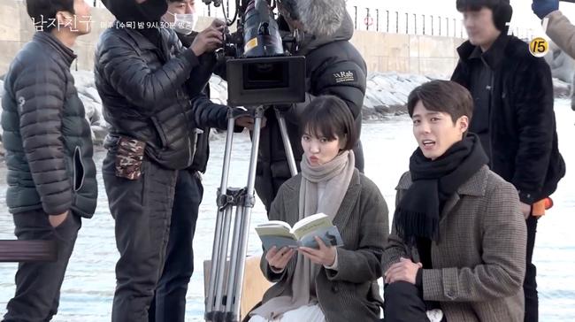 Song Hye Kyo trong hậu trường mà cũng tình tứ với trai trẻ thế này, bảo sao fan không gọi tên Song Joong Ki - Ảnh 5.