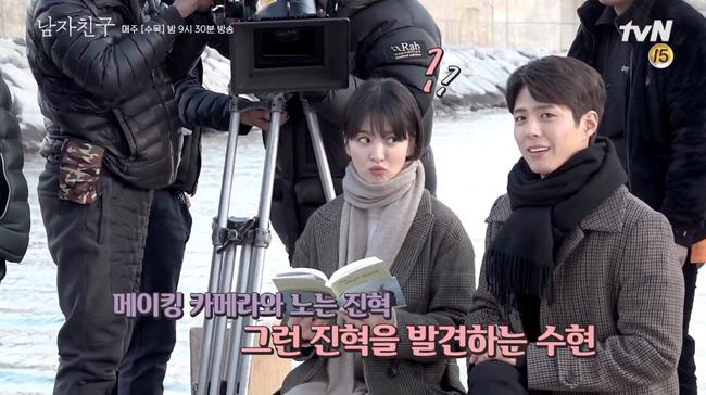 Song Hye Kyo trong hậu trường mà cũng tình tứ với trai trẻ thế này, bảo sao fan không gọi tên Song Joong Ki - Ảnh 6.